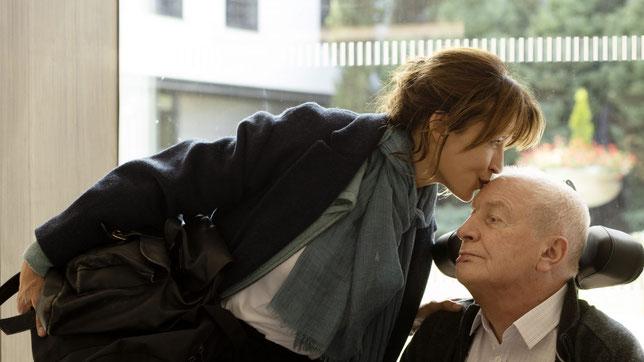 Diminué par un AVC, André (André Dussollier) demande à sa fille aînée Emmanuelle (Sophie Marceau) de l'aider à mourir (©Carole Bethuel/Mandarin Production/Foz).