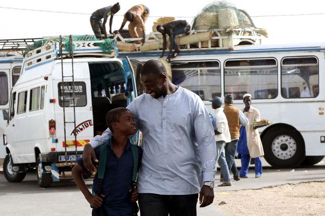 Le jeune Louis Basse accompagne Omar Sy dans son voyage au Sénégal (©Nouma Bordj/Pathé).