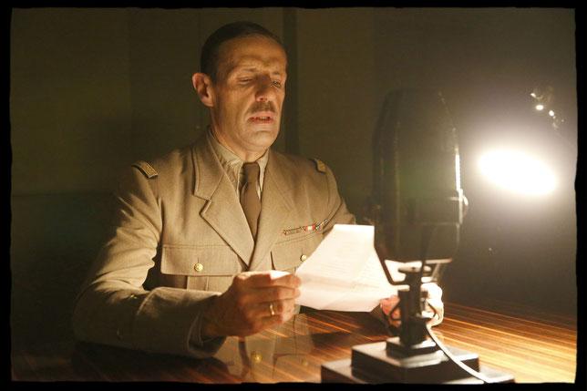 Lambert Wilson dans le rôle du général de Gaulle lançant son appel à la BBC le 18 juin 1940 (©SND).