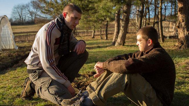 Damien Chapelle (à gauche) accueille Anthony Bajon dans la communauté d'anciens toxicomanes qui tentent de s'en sortir par la prière (©Le Pacte).