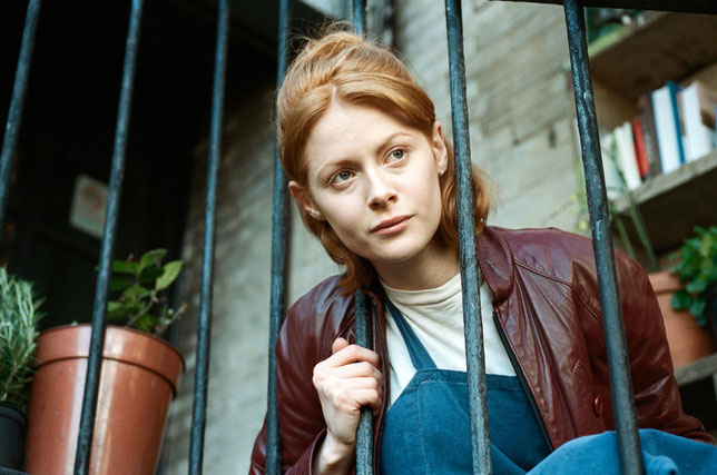Emily Beecham, qui joue Daphné, porte le film sur ses épaules (©Agatha A. Nitecka/Paname Distribution).