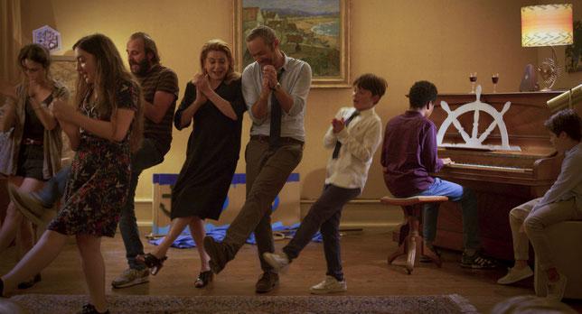 On se dispute en famille mais on se réconcilie en chantant et dansant (©Le Pacte).