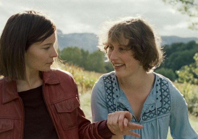 Elisa (Diane Rouxel, à gauche) veut rester s'occuper de sa soeur handicapée Manon (Jeanne Cohendy) (©Nour Films).