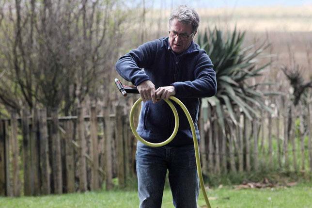 Comme dans le premier film, François Cluzet a des problèmes avec son tuyau d'arrosage (©Pathé).