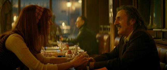 Doria Tillier et Daniel Auteuil, vrai-faux couple dans ce film (©Pathé Distribution).