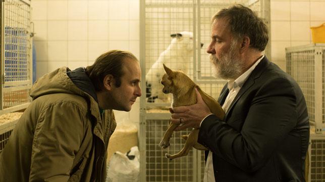 Un type paumé (Vincent Macaigne, à gauche) est recueilli par le propriétaire d'un chenil (Bouli Lanners) (©Paradis Films).
