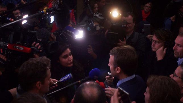 La journaliste Astrid Mezmorian interroge Emmanuel Macron lors de la campagne présidentielle (©Jour2Fête).
