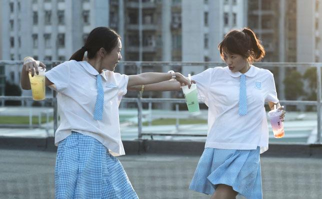 Peipei (Huang Yao, à gauche) et sa meilleure amie Jo (Carmen Soup), deux ados d'un lycée de Hong Kong, rêvent d'aller passer Noël au Japon (©3LFilms).