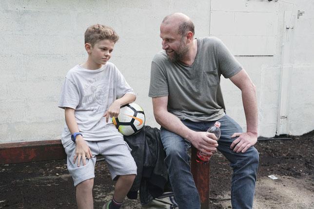 Le père est fier de son fils footballeur, qui invente un gros mensonge pour lui faire plaisir (©Mars Distribution).