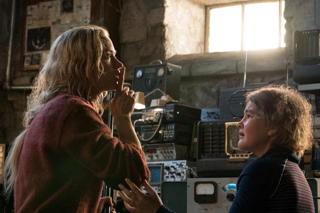 La mère (Emily Blunt) demande à sa fille (Millicent Simmonds) de ne pas faire de bruit, car les monstres ont de grandes oreilles... (©Jonny Cournoyer/Paramount Pictures).