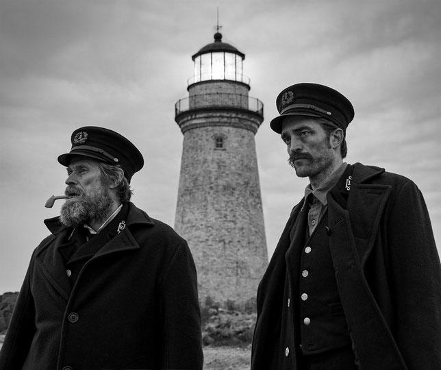 Le film n'a que trois acteurs: Willemn Dafoe (à gauche), Robert Pattinson et… le phare (©UPI).