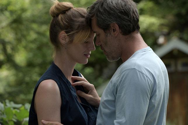 Homme marié, François (Jalil Lespert) tombe immédiatement sous le charme de Patricia (Louise Bourgoin), femme mariée qui vient d'arriver dans la région (©Paname Distribution).