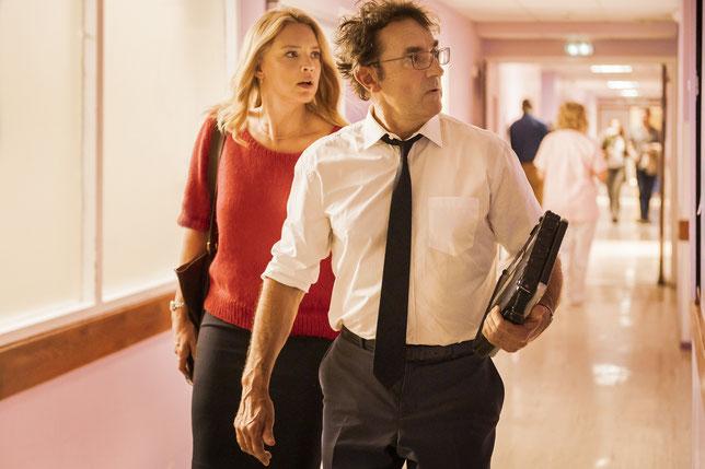 Virginie Efira et Albert Dupontel sont lancés dans une course folle (©Jérôme Prébois/ADCB Films/Gaumont).