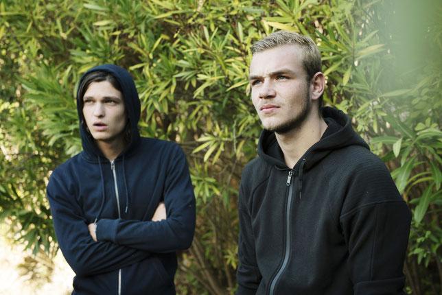 Kevin (Darren Muselet, à droite) défie le chef de la bande, Raphaël (Pablo Cobo) (©Fratel Films).