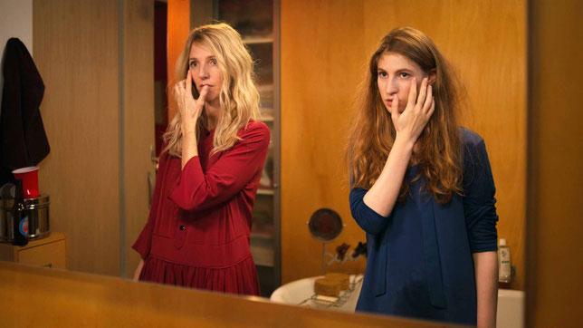 Deux actrices, la même femme, hier et aujourd'hui: Sandrine Kiberlain (à gauche) et Agathe Bonitzer (©Claire Nicol/Christmas In July/Memento Films).