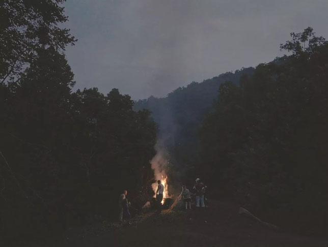 Grands espaces et feu de camp au Kentucky (©New Story).
