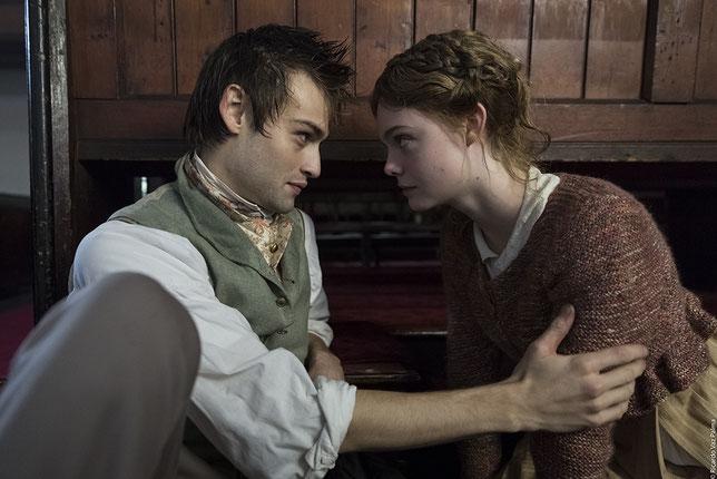 Les jeunes acteurs Douglas Booth et Elle Fanning interprètent le poète Percy Shelley et sa future femme la romancière Mary Wollstonecraft (©Pyramide Films).