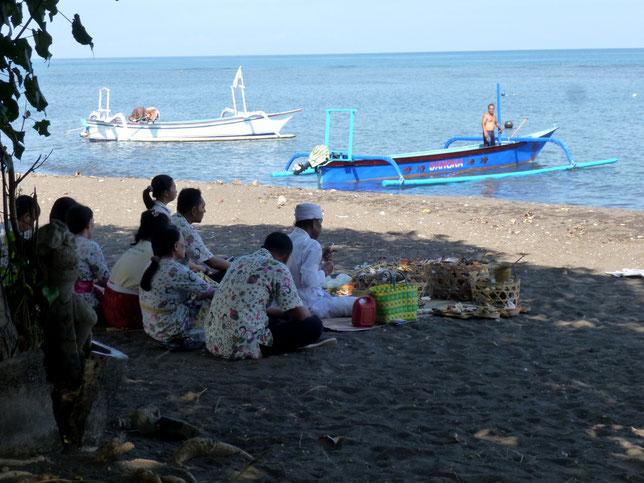 cérémonie sur la plage de Lovina