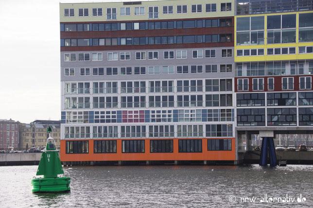 Nein, das sind keine gestapelten Wohncontainer, sondern moderne Gebäude an der Ij in Amsterdam.