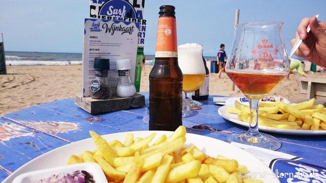 Ob am Strand oder in der Amsterdamer City: Pommes und Bier sind immer eine gute Kombination.