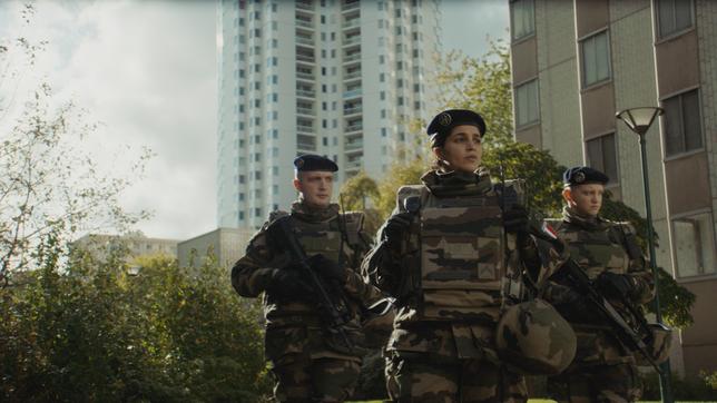 Yasmine (Leïla Bekhti) dirige une patrouille de l'opération Sentinelle aux côtés d'Hicham (Karim Leklou, à gauche) et Léo (Anthony Bajon) (©Capricci Films).