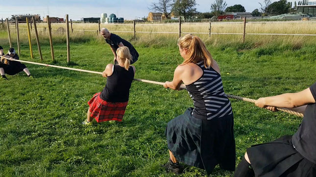 tauziehen highland games schottland kilt kraft