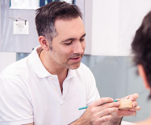 Ausführliche und verständliche Beratung in der Zahnarztpraxis Daniel R. Fuhrmann