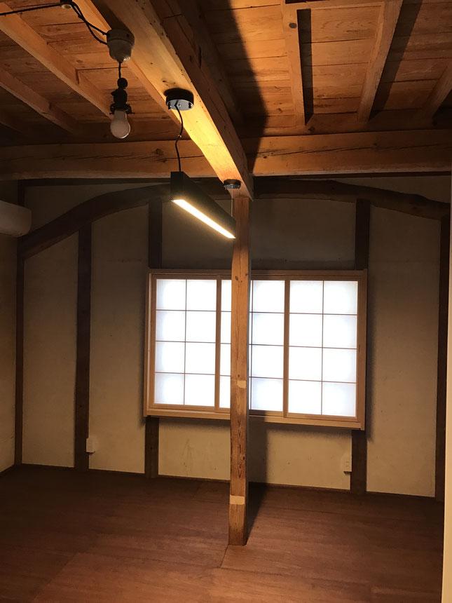 改修後の1階。合板貼りの床でベッドを入れます。新く設置した障子は3枚建て。