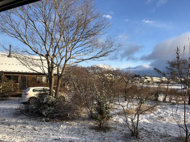 1月2日に少し積雪。すがすがしい新年の雪景色と、家族が集っておせちを食べている母屋をのぞむ。