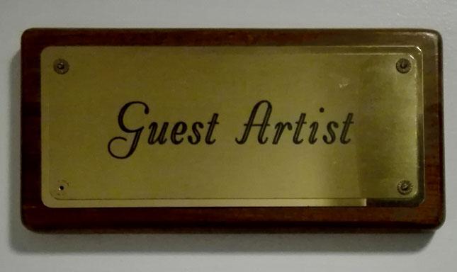 """Schild mit der Aufschrift """"Guest Artist"""", an der Tür zur Garderobe für einen Gastkünstler beim Pittsburgh Symphony Orchestra"""