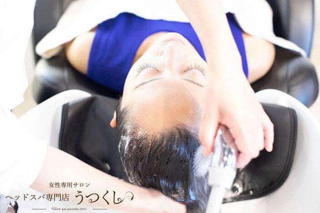 川崎市・武蔵小杉のヘッドスパ専門店行う女性向けヘッドスパの様子