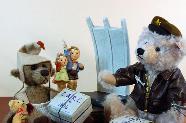 """Teddybär """"Rosinenbomber"""" ist von Steiff und wurde  2012 exklusiv für das KaDeWe kreiert. der kleine Berliner Junge Balduin mit seinem Freund ist ein Unikat von der Künstlerin """"Anna Dazumal"""" (Anja Meier) aus 2006"""