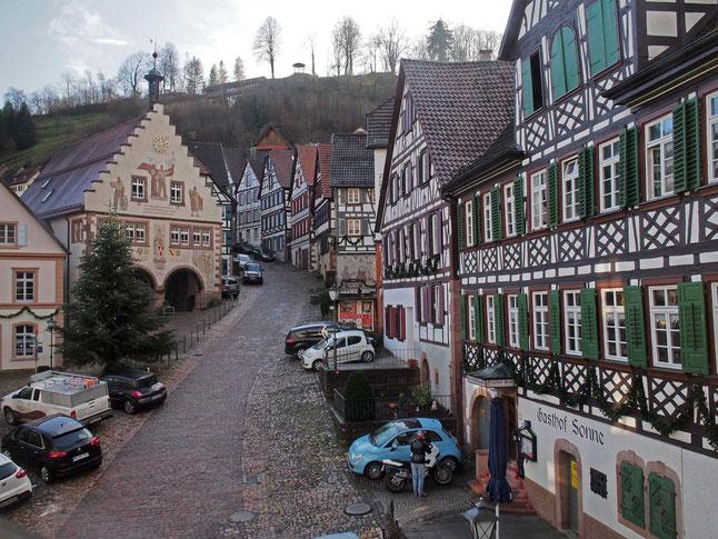 Marktplatz Schiltach, im Hintergrund oben der ehem. Burgstandort