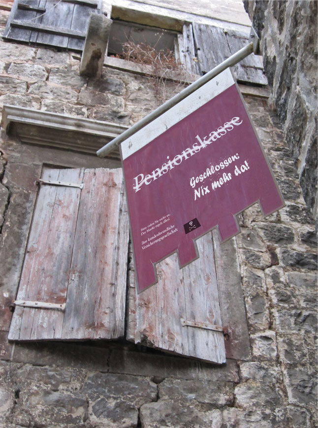 """Altes verfallenes Haus mit Schildals Symbol für den Verfall des betrieblichen Rentensystems: """"Pensionskasse - Nix mehr da!"""""""