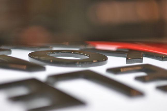 Polierte gefräste Einzelbuchstaben auf tiefgezogener Plexihaube auf Leuchtkasten aufgesetzt