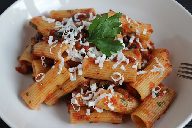 Vegetarische Pasta mit Auberginen und Tomaten