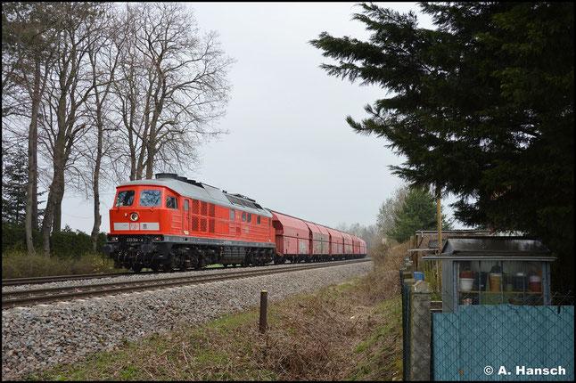 233 314-4 rauscht am 20. April 2021 mit dem GB 60438 (Großkorbetha - Küchwald) durch Wittgensdorf-Mitte