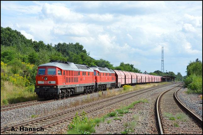 Am 9. August 2016 hat 233 233-6 Vorspann vor 233 572-7. Gemeinsam befördern sie den Gipszug aus Chemnitz-Küchwald nach Großkorbetha. Hier durchfährt der Zug Wittgensdorf ob. Bf.