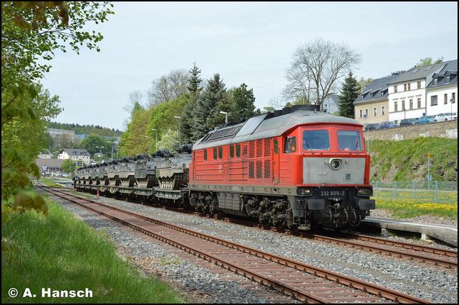 Am 2. Mai 2018 wurden wieder einmal Panzer aus Marienberg auf die Reise geschickt. 232 909-2 wartet mit dem bereits beladenen Zug auf Ausfahrt in Marienberg