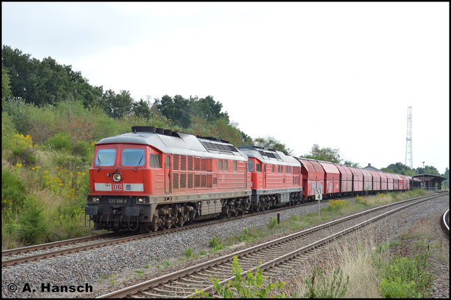 232 472-1 und Vorspannlok 233 306-0 ziehen am 20. August 2015 den Gipszug GM 62126 von Chemnitz-Küchwald nach Leipzig-Engelsdorf. Hier rollt die Fuhre durch Wittgensdorf ob. Bf.