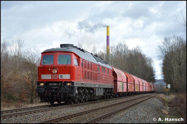 Neue Schriftart bei der Loknummer? Das bedeutet meist, dass eine HU im lettischen Daugavpils erfolgte. So auch bei 233 285-6, die am 25. Februar 2020 mit Gipszug Chemnitz-Küchwald verlässt