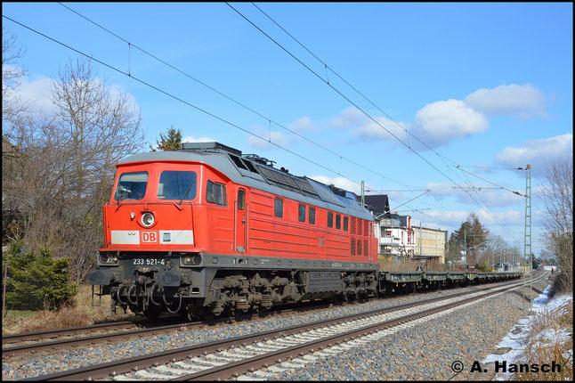 Am 21. März 2018 donnert die Maschine mit einem leeren Militärzug aus Marienberg durch Grüna. Ziel des Zuges ist vorerst Zwickau