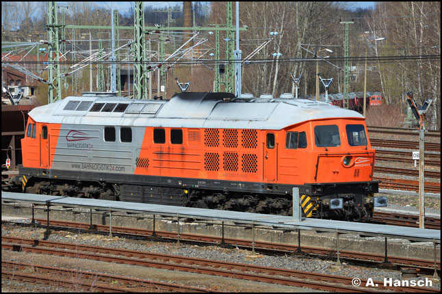 Am 22. März 2020 ruht die Lok bei bestem Licht am Außenbahnhof Chemnitz. Inzwischen sind auch Firmenlogos an der Maschine angebracht