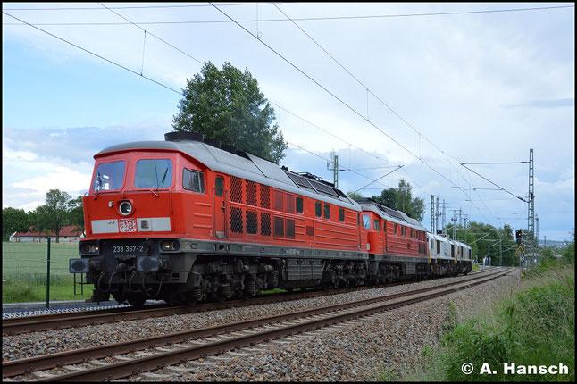 233 367-2 zieht am 15. Juni 2016 einen Lokzug bestehend aus 233 521-4, 077 001-1 und 266 447-2 (alias 247 047-4) nach Cottbus. Am ehem. Abzw. Furth in Chemnitz lauerte ich der Fuhre auf