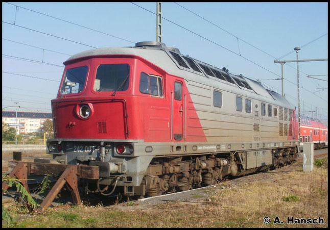 Am 23. Oktober 2011 steht 242 001-6 (ex DR 142 001-7) am Hauptbahnhof in Luth. Wittenberg
