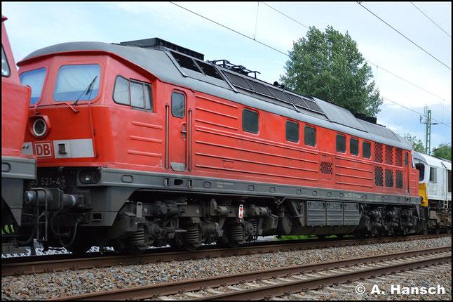 233 521-4 ist am 15. Juni 2016 in einen von 233 367-2 gezogenen Lokzug nach Cottbus eingereiht. Außerdem hängen 077 001-1 und 266 447-2 (alias 247 047-4) am Zug. Hier passiert die Fuhre den ehem. Abzw. Furth in Chemnitz