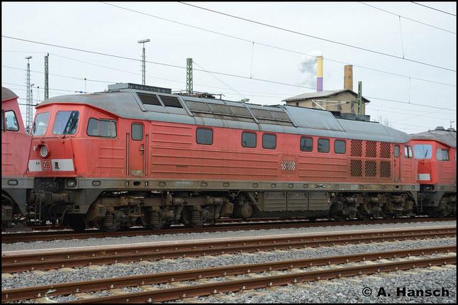 233 204-7 ist eine von fünf Maschinen der BR V300, die am 17. März 2015 vom AW Chemnitz, wo sie z-gestellt waren, nach Halle überführt wurden. Nächste Station ist der Schneidbrenner. Das Foto entstand in Chemnitz Hbf.