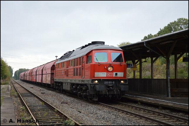 233 511-5 hat am 10. Oktober 2017 mit dem Leergips Großkorbetha - Chemnitz-Küchwald noch keine Mühe. In hohem Tempo durchfährt der Zug den gerade im Umbau befindlichen ob. Bf. von Wittgensdorf