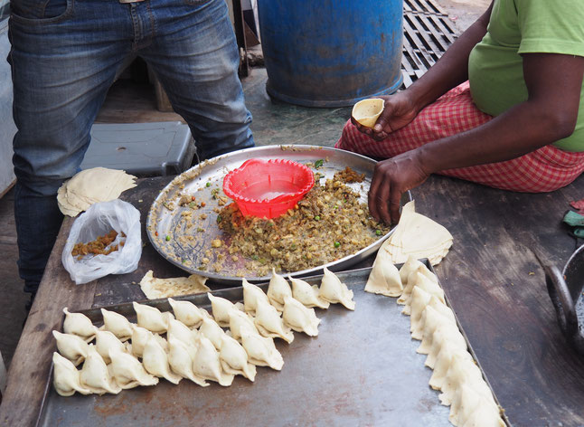 Straßenverkäufer beim Zubereiten der nächsten Mahlzeit