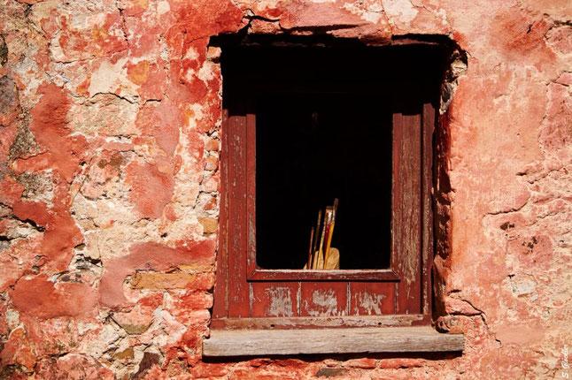 Fensterrahmen mit Pinseln zum Malen
